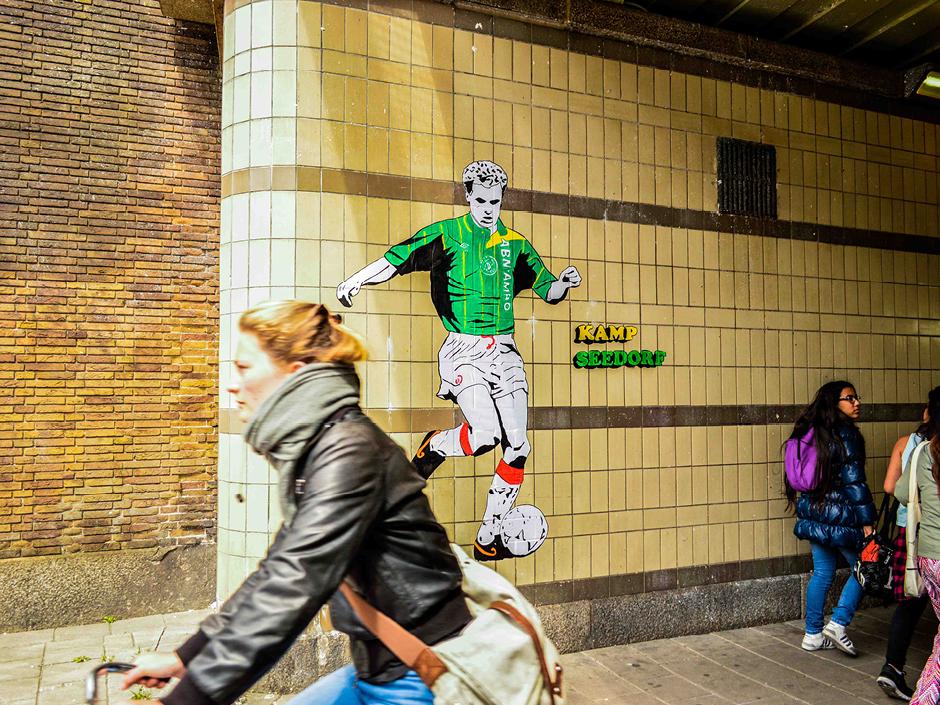 Dennis-Bergkamp-Ajax-streetart