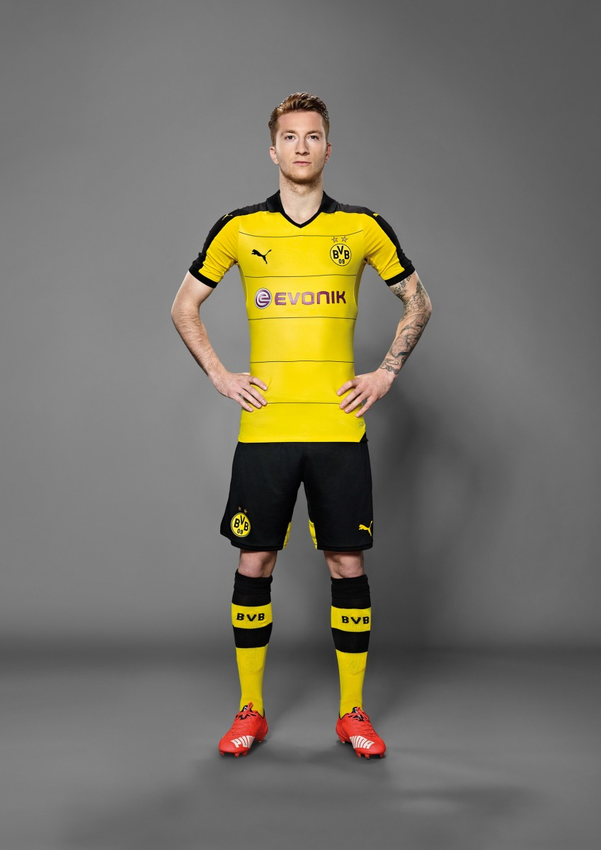Marco Reus in the 2015-16 BVB Home Shirt_1