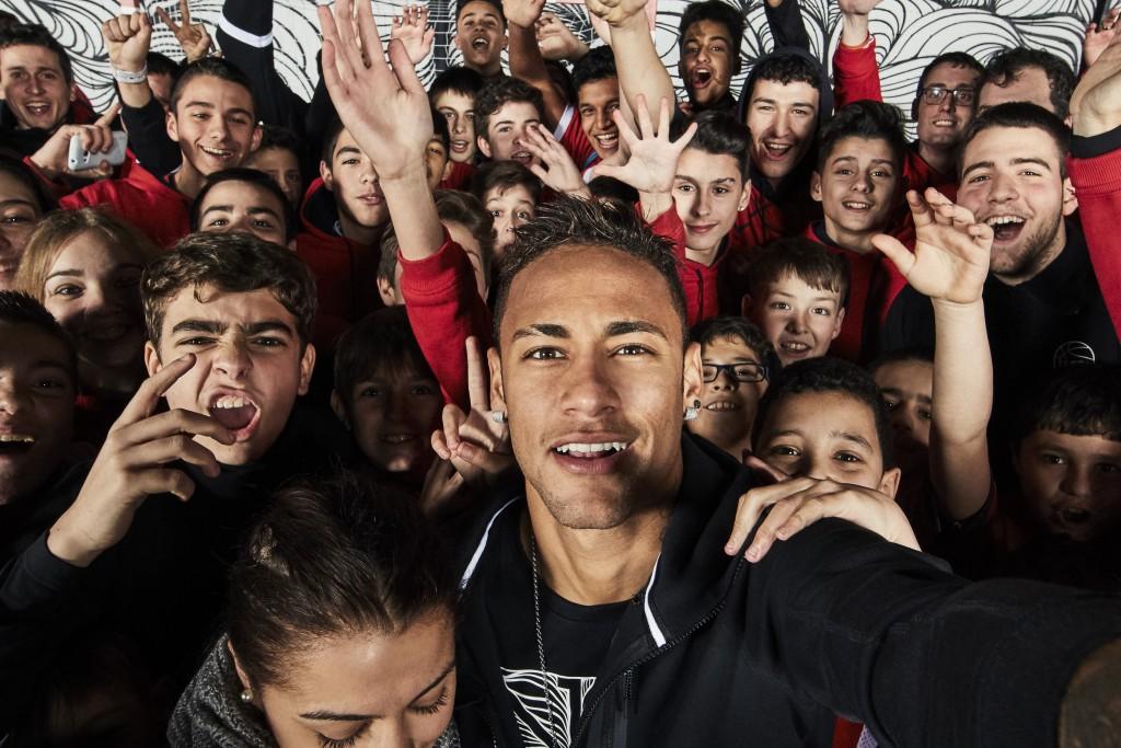 SW16008_NIKE_Iconic_Neymar_HVII_Selfie01_PRCrop_52482