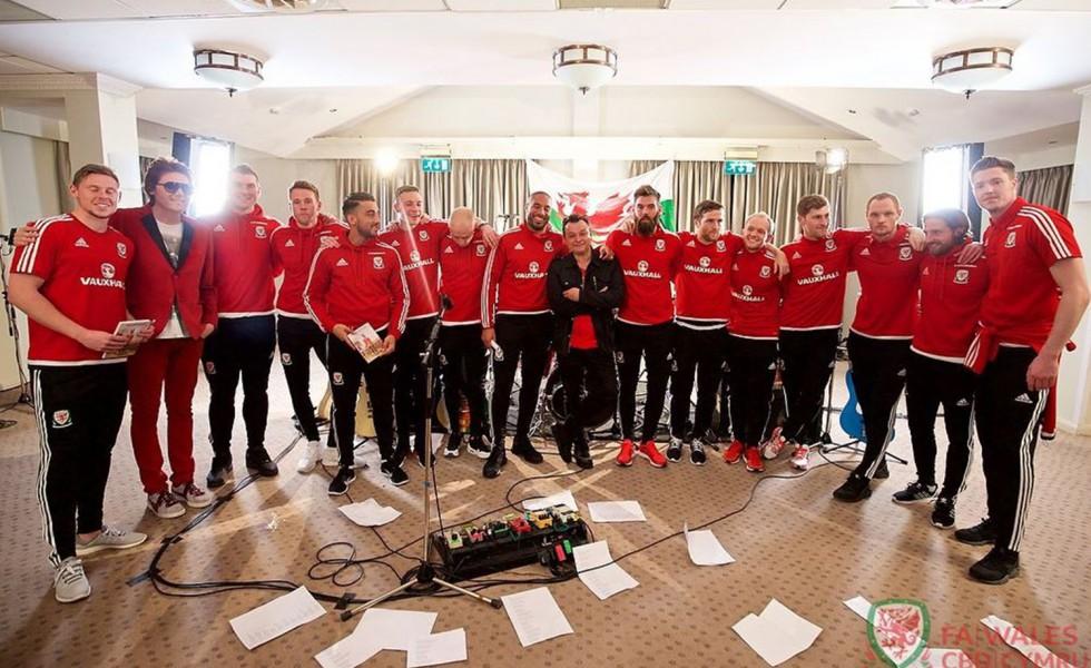 I Manic Street Preachers con il Galles a Euro 2016