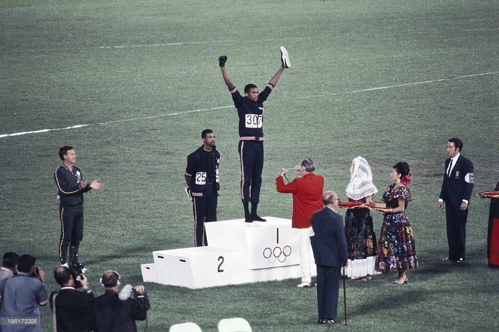 Tommie Smith sale sul podio dei 200m alle Olimpiadi di Città del Messico