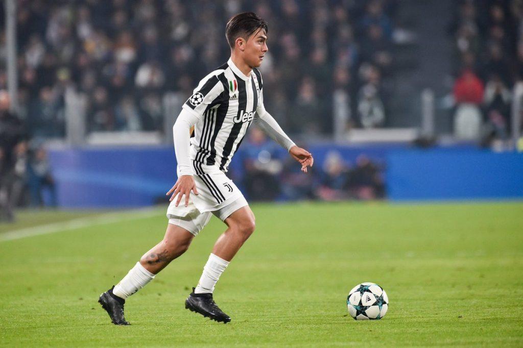 Quali giocatori indossano scarpe da calcio nere e perchè?